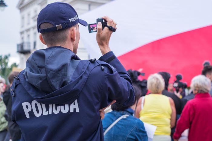 Policja Gdańsk: Poszukiwany spał, a na stole leżała amfetamina